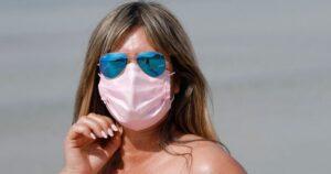 Испания  вводит обязательное ношение масок для лица даже во время купания в море