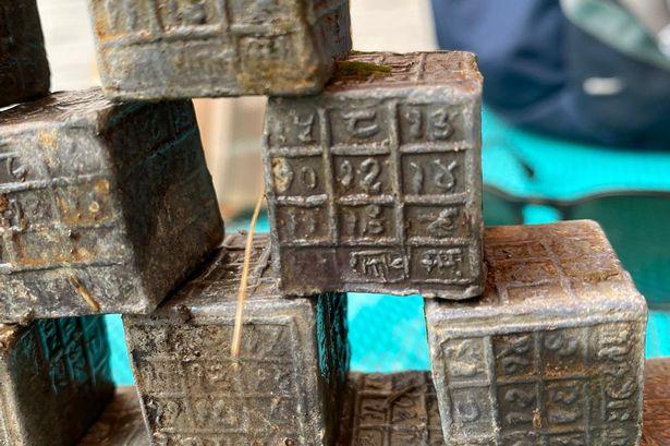 60 миниатюрных кубиков с таинственными  надписями вытащили из реки  в Англии