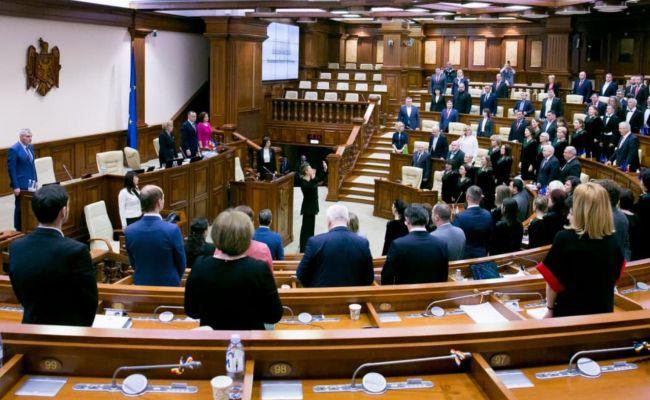 Новый парламент Молдавии не спешит начинать работать, все слушают Санду