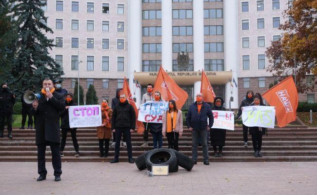 Покрышки и гвозди для депутата Гросу: акция протеста у здания парламента Молдовы