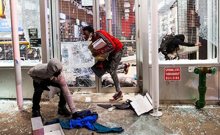 """""""Это не имеет никакого отношения к гражданским правам. Это насилие..."""", считает ведущий Fox News Такер Карлсон"""