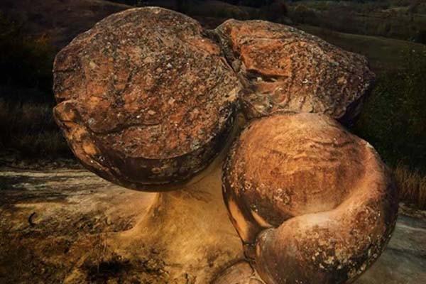 Ученые раскрыли загадку «живых» камней в Румынии