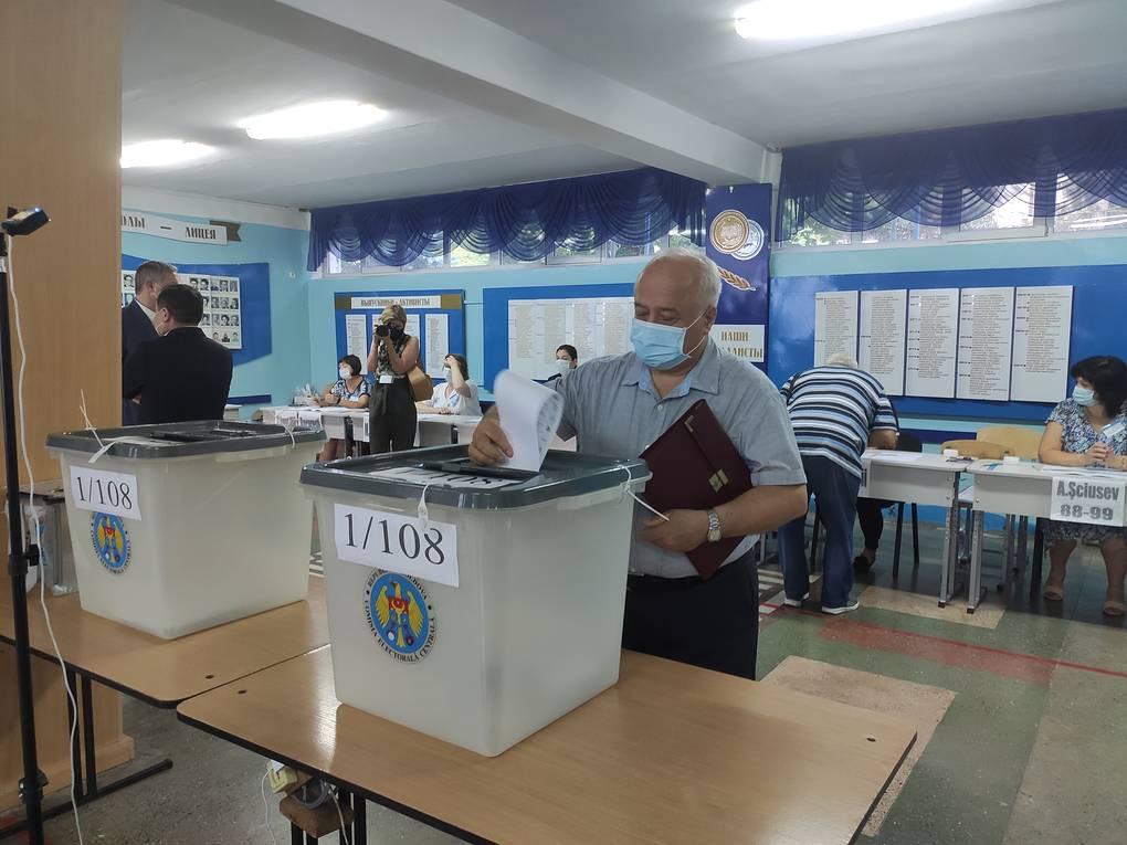 """""""Корректно и без сбоев"""". Голосование на парламентских выборах в Молдавии проходит спокойно"""