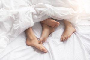 В Великобритании  из-за коронавируса запрещен  секс во время изоляции с кем-то вне вашей семьи
