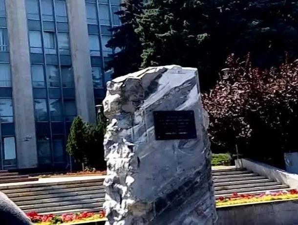"""Общественники требуют убрать установленный незаконно в центре Кишинева """"камень Гимпу"""""""