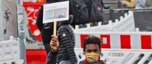 Издатели, телевизионные станции, художники, политики и корпорации склоняются перед движением Black Lives Matter