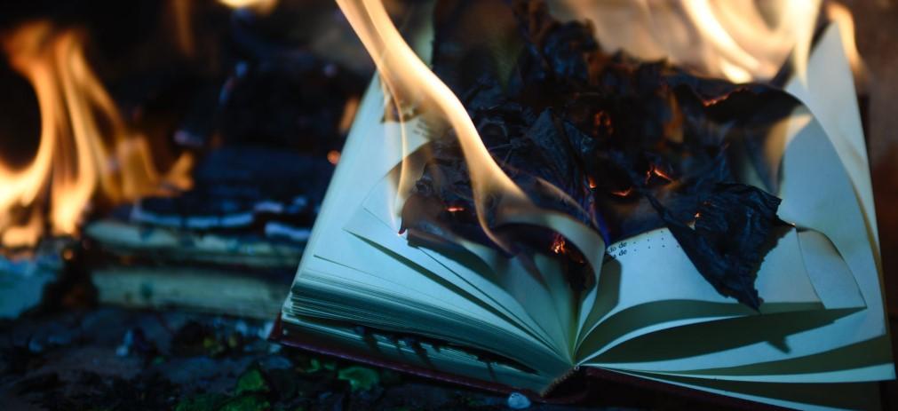 """Не пощадят никого:  свержение памятников, символическое сжигание книг, уничтожение фильмов с полицейскими,  """"деколонизация домашней  книжной полки"""" – в мире началась «культурная революция»"""