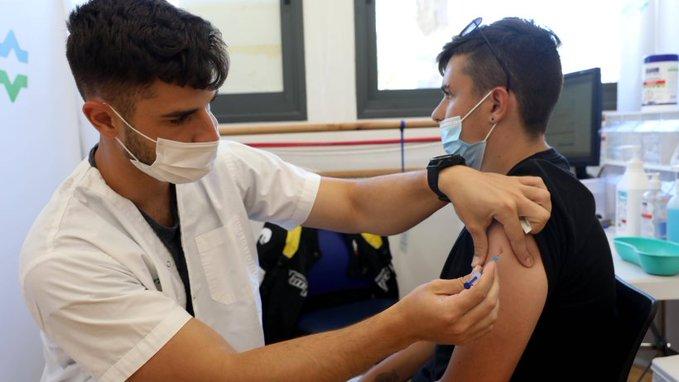 Провакцинированный израильтянин заразил 83 человека на вечеринке