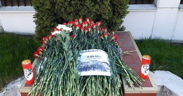 """""""Почтить память"""": к посольству России люди приносят цветы  в знак скорби по погибшим в Казани"""