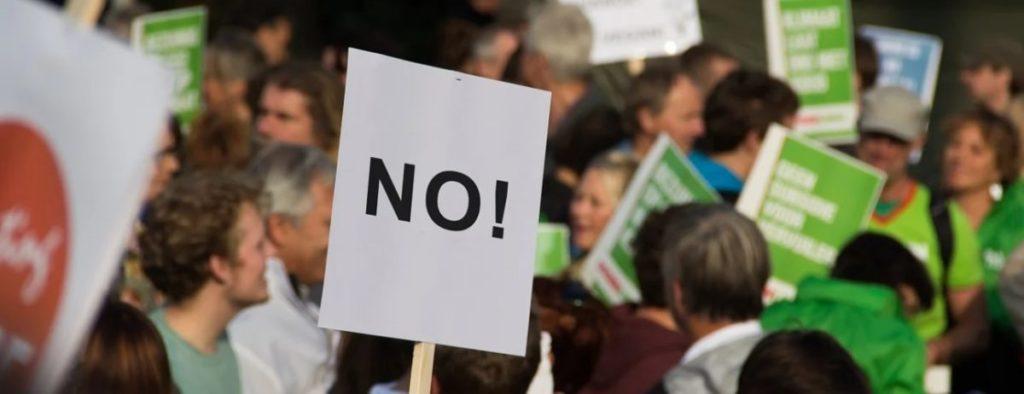 Германия взбунтовалась: Тысячи людей вышли на протесты против  блокировки из-за коронавируса