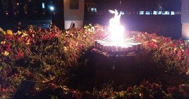 """""""Вечный огонь"""" в Кишиневе окружила стена из цветов"""