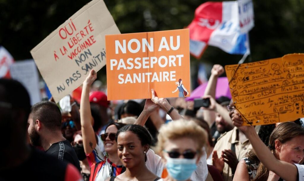 Демонстрации против обязательной вакцинации проходят по всему миру