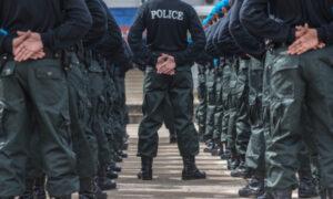 """""""Анархия царит повсюду"""": Отставные полицейские во Франции опубликовали письмо к Макрону"""