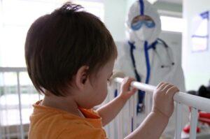 Некоторые дети страдают таинственным повреждением мозга от коронавируса